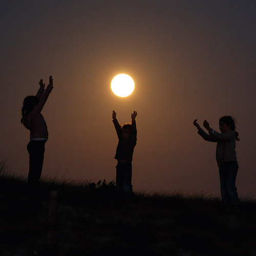 Manon, Romane and  Enzo are playing with the Moon